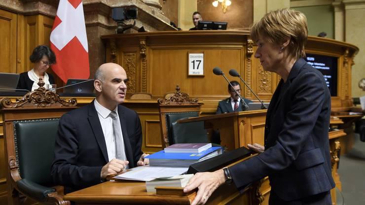 Ruth Humbel und Gesundheitsminister Alain Berset im Nationalratssaal.
