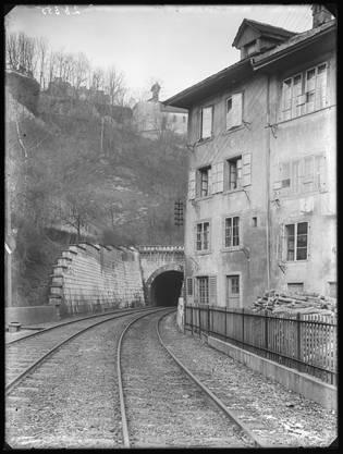 So sah es vor der Bahnverlegung aus: Durch den engen Schlossbergtunnel fuhr seit 1847 die Spanischbrötlibahn nach Zürich. Die Häuser vor dem Cordulaplatz wurden beim Bau des Strassentunnels abgerissen.