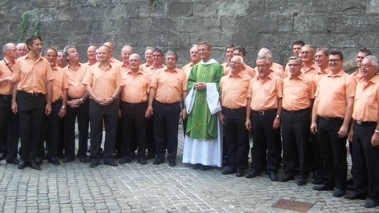 Der Männerchor Frick im Vatikan zusammen mit dem Kaplan der Schweizer Garde