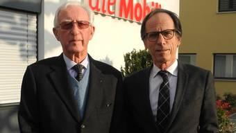 Rudolf und Marc Bloch vor ihrer Firma, der Balsthaler Mobiliar Versicherungsagentur.