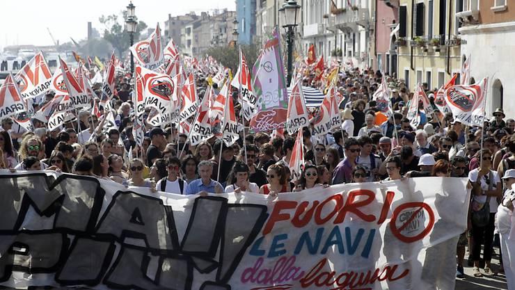 In Venedig haben tausende Menschen für den Bann von Luxuslinern aus der Lagunenstadt demonstriert.