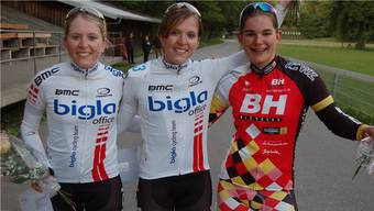 Siegerinnen: Sandra Weiss (Mitte) gewann vor ihrer Zwillingsschwester Martina (links) und Tanja Schmid. Foto: Widmer
