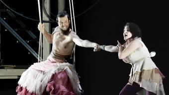 Papageno (Thomas Tatzl) mit Papagena (Valentina Marghinotti).