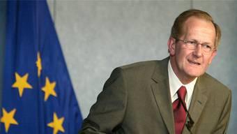 Joseph Deiss vor 15 Jahren bei einer Pressekonferenz in Brüssel. Bild: Reuters (Brüssel, 19. Mai 2004)
