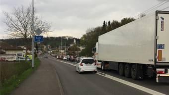 Genervte Autofahrer fahren an der Kolonne vorbei Richtung der Abbiegespur in die Weltimatt.