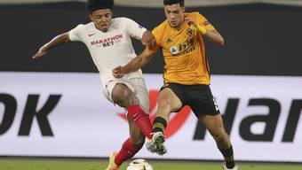 Sevillas Jules Koundé (links) im Duell mit Wolverhamptons Raul Jimenez
