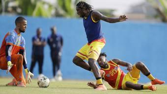 Joël Kiassumbua (l.) im Training mit dem Kongo gegen Starstürmer Dieumerci Mbokani.