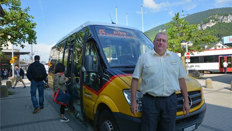 Chauffeur Markus Schmid gestern Morgen vor dem 17 Sitzplätze grossen Ortbus beim Bahnhof in Oensingen.
