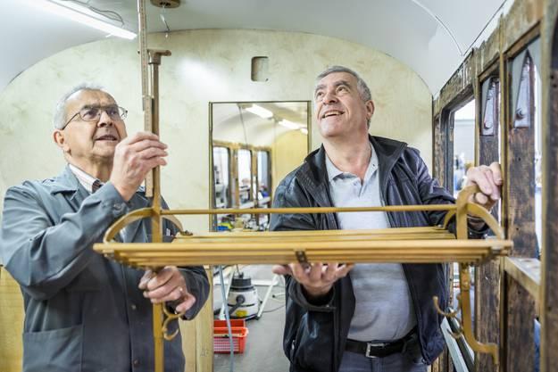 Im Bild: Werkstattleiter Werner Beer (rechts) und Sektionspräsident Hans Fellmann.Aufgenommen am 20. April 2017.