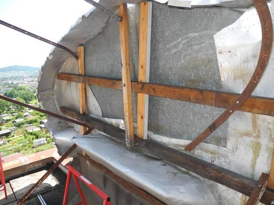 Die morschen Holzbalken werden durch Aluminiumhalterungen ersetzt.