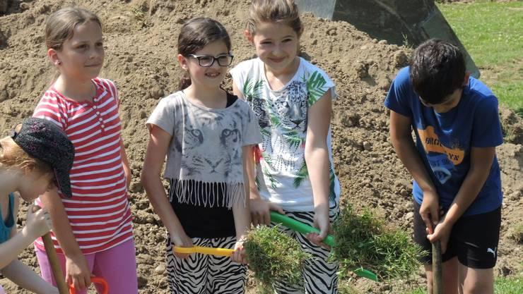 Freude über den Neubau - Die Schüler packten gleich selbst an.