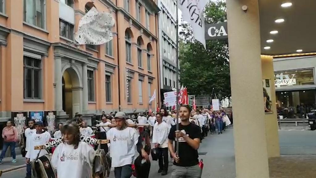 Über 400 Personen demonstrieren gegen neue Massnahmen