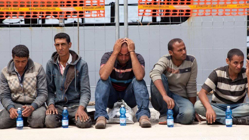 Wegen der vielen Flüchtlinge und Migranten, die via zentrale Mittelmeerroute nach Europa wollen, ist Italien an seine Grenzen gestossen. Die EU-Kommission präsentierte daher am Dienstag in Strassburg Sofortmassnahmen, die Italien entlasten sollen (Archiv).