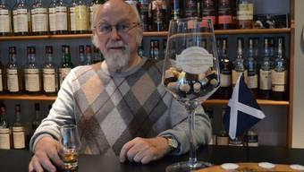Peter Hofmann mit dem Preis für den besten Whisky-Shop 2014 – das kleine Glas ist für das Foto, erst abends genehmigt sich Hofmann ab und zu einen Whisky.