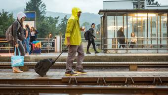 Bei der neuen Unterführung lässt der Regierungsrat die Velofahrenden am Bahnhof Möriken-Wildegg im Regen stehen. (Archivbild)