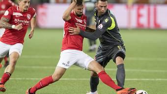 Torschütze zum 1:0 für den FC Thun: Nicola Sutter (li.) im Zweikampf mit Pajtim Kasami