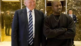 Kanye West (r) hat sich schon öfters als Fan von Donald Trump (l) geoutet. (Archiv)