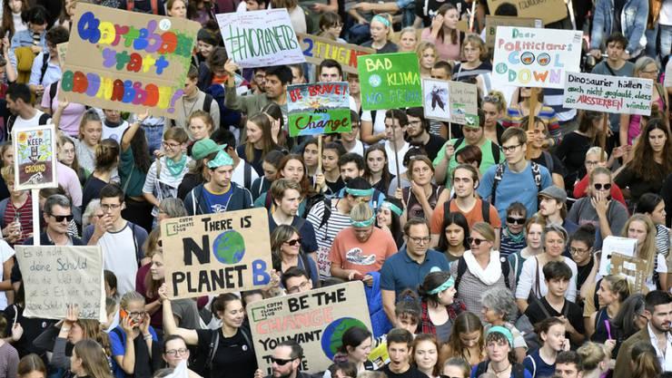 """Das Wort des Jahres 2019 in der Deutschschweiz ist """"Klimajugend"""". Hier am Klimastreik in Zürich am 27. September 2019. (Archivbild)"""