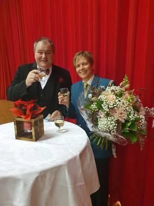 Dirigent Roger Siegenthaler mit Veteranin Yvonne Bader (35 Jahre aktives musizieren)