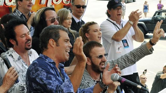 Ringo Starr (Mitte unten) singt mit Freunden in Nashville