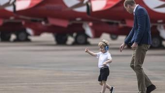 Prince William (r) und Prince George bestaunen im britischen Gloucestershire Flugzeuge der British Royal Air Force (Archiv)