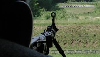Schütze beim Schiessen in einer Schiessanlage (Symbolbild, Archivbild)