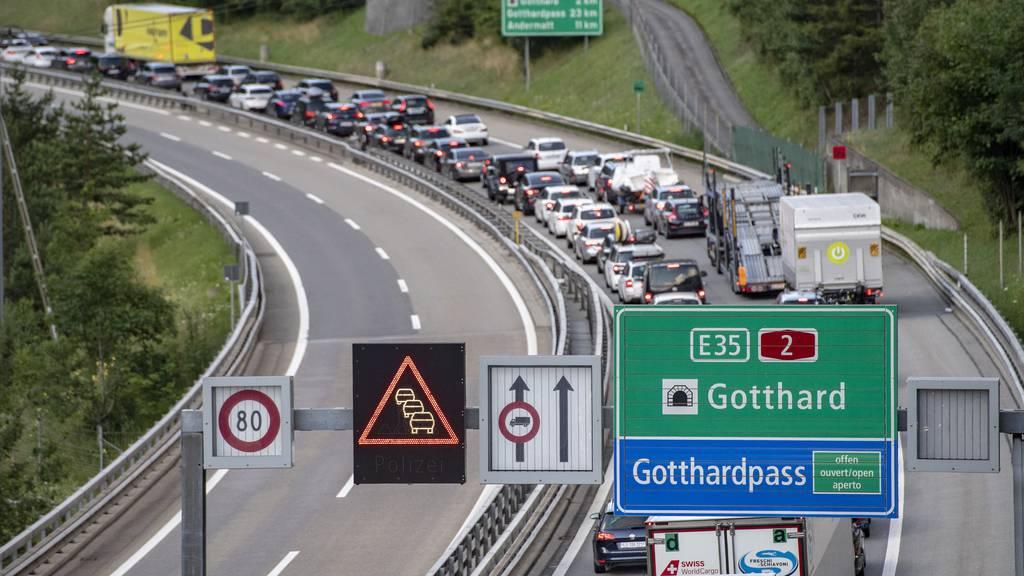 5 Kilometer Stau: Tessin-Rückkehrer brauchen am Gotthard viel Geduld