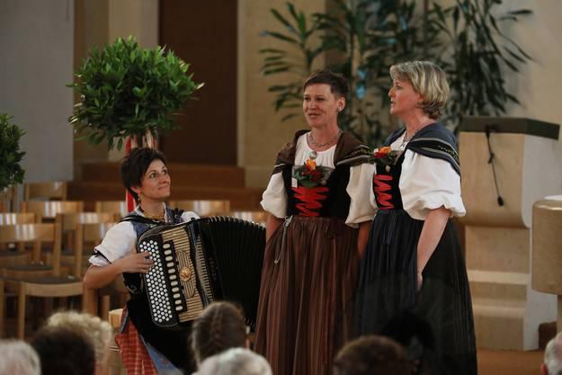 Das Duett Eva Bürtin-Bärtschi / Claudia Steger mit der Akkordeonbegleitung Sonja Schälin-Zürcher erhält die Bestnote 1