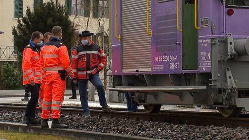 Kollision bei unbewachtem Bahnübergang: Fussgänger schwer verletzt