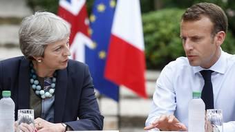 Ernste Gesichter während den Gesprächen über ein ernstes Thema: Die britische Premierministerin Theresa May und Frankreichs Präsident Emmanuel Macron trafen sich am Freitag zu einem Brexit-Meeting am Mittelmeer.