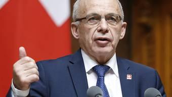 Die Schweiz soll mit weiteren Staaten automatisch Informationen über Finanzkonten austauschen. Nach dem Nationalrat hat auch der Ständerat zugestimmt. Finanzminister Ueli Maurer versicherte, die Schweiz werde sorgfältig prüfen, ob die Voraussetzungen erfüllt seien. (Archivbild)