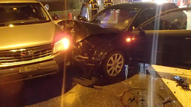 Am Silvesterabend hat sich in Oftringen eine heftige Kollision zwischen drei Autos ereignet. Alle sechs Insassen wurden leicht verletzt und ins Spital gebracht. Ursache des Unfalls: Bei einer Abweigung nach Walterswil bog ein Lenker ab, missachtete dabei aber das Vortrittsrechts. Es kam zur Kollision, ein Auto wurde gegen einen dritten Personenwagen geschleudert.