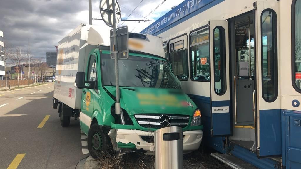 Zürich: Kleintransporter kollidiert mit Tram