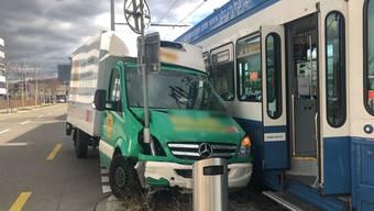 Am Dienstag um die Mittagszeit kollidierten ein Lieferwagen und ein Tram auf der Aargauerstrasse. Bei einem Abbiegemanöver des Lieferwagens kam es aus noch ungeklärten Gründen zur Kollision. Der Fahrer des Lieferwagens wurde leicht verletzt.