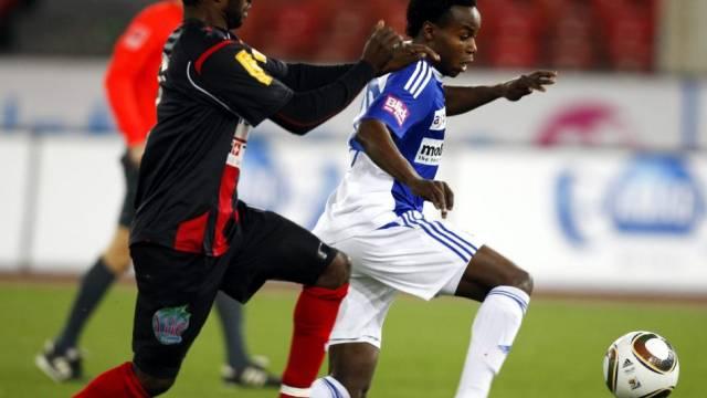 Der Grasshopper Nzuzi Bundebele Toko setzt sich gegen den Neuenburger Thierno Bah durch
