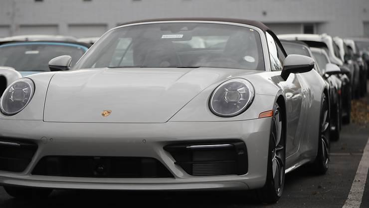 Gibt es neu auch online: ein Porsche 911 Carrera (Archivbild).