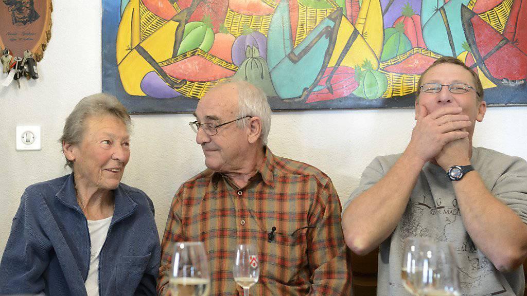 Mutter Jeannine, Vater Richard und Bruder Christophe Parmelin wenige Augenblicke, nachdem Nationalratspräsidentin Christa Markwalder die Wahl von Guy Parmelin in den Bundesrat bekannt gegeben hatte.