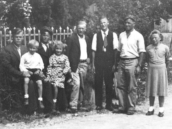 1944: Russische Internierte bei Familie Arnold Böll in Gwinden, 2. von links Fredy Boll
