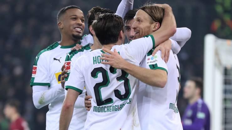Michael Lang (rechts) lässt sich nach seinem ersten Tor in der Bundesliga feiern