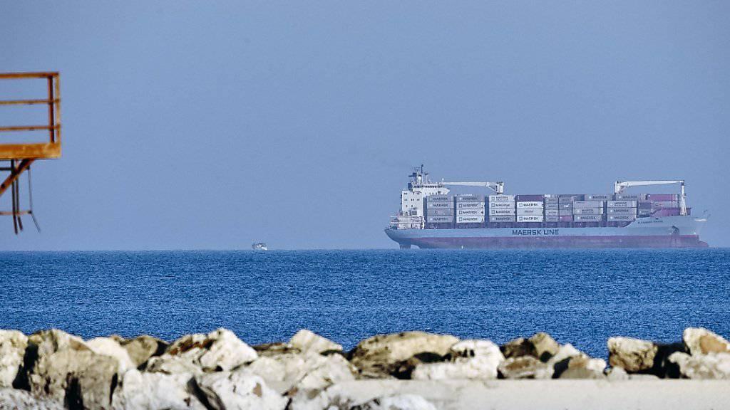 """Das dänische Containerschiff """"Alexander Maersk"""" durfte in Italien ankern, damit die über 100 geretteten Flüchtlinge von Bord gehen können."""