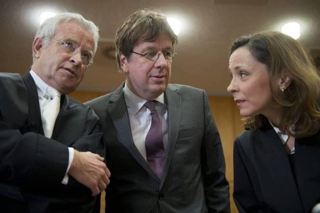 Ex-Wettermoderator Jürg Kachelmann mit seinen Anwälten Johann Schwenn (l.) und  Ann Marie Welker.