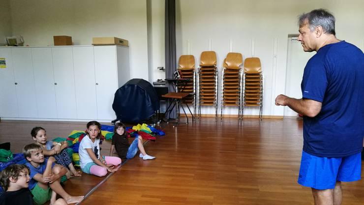 Stefan Baier hilft den Kindern, neue Szenen zu kreieren.