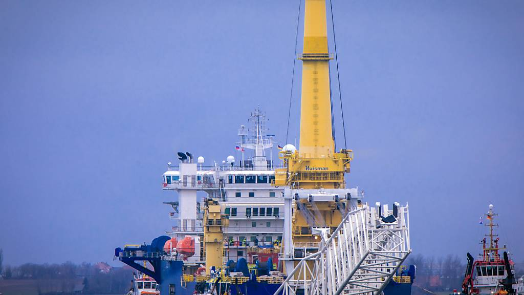 Schlepper ziehen das russische Rohr-Verlegeschiff «Akademik Tscherski» aus dem Seehafen Wismar Richtung Ostsee. Foto: Jens Bü?ttner/dpa-Zentralbild/dpa