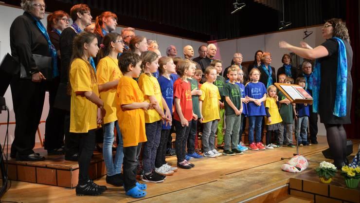 Der gemischte Chor und die Singschar beim gemeinsamen Auftritt