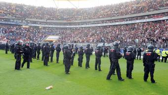 Polizei-Einsatz in Deutschland bei Spiel Frankfurt - Köln im Mai 2011