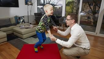 Hilmir spielt mit seinem Vater Omar Halldorsson, der seinen autistischen Sohn auch betreut.