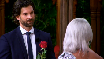 Laura aus Grenchen lehnt die Rose des «Bachelors» ab