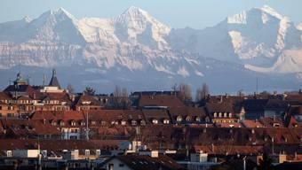 So nah und doch so fern: Blick über die Dächer von Bern auf Eiger, Mönch und Jungfrau