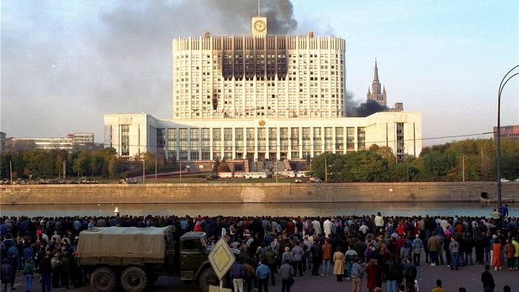 Rauch über dem Weissen Haus, dem damaligen Parlaments- und heutigen Regierungssitz Russlands. AP/Keystone
