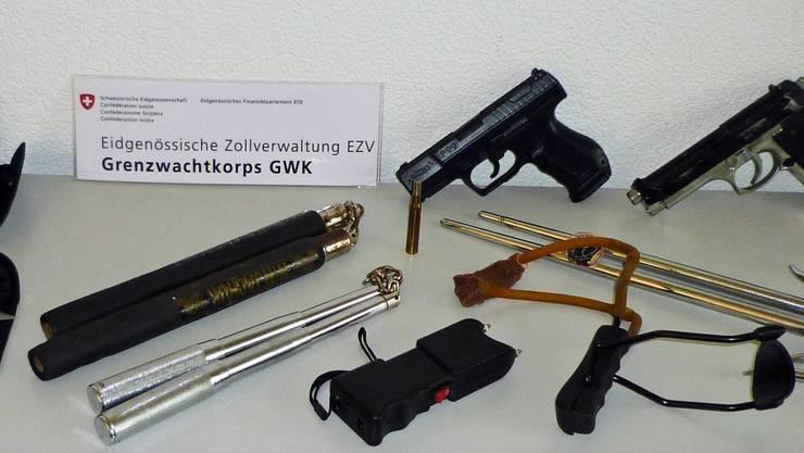 Schlagstöcke, Elektroschocker, Munition, Schlagwaffen, Dreizackspiesse, Wurfsterne und eine Schleuder.